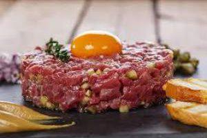 В Китае мужчина чуть не умер из-за плохо приготовленного мяса