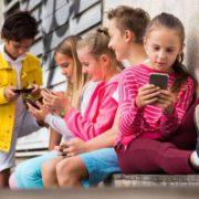 Прилипли ктелефонам. Как смартфоны влияют надетей?