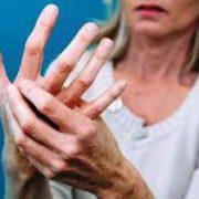 Почему дрожат руки: причины нормальные и опасные