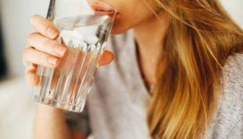 Диетолог рассказала, когда и сколько пить воды